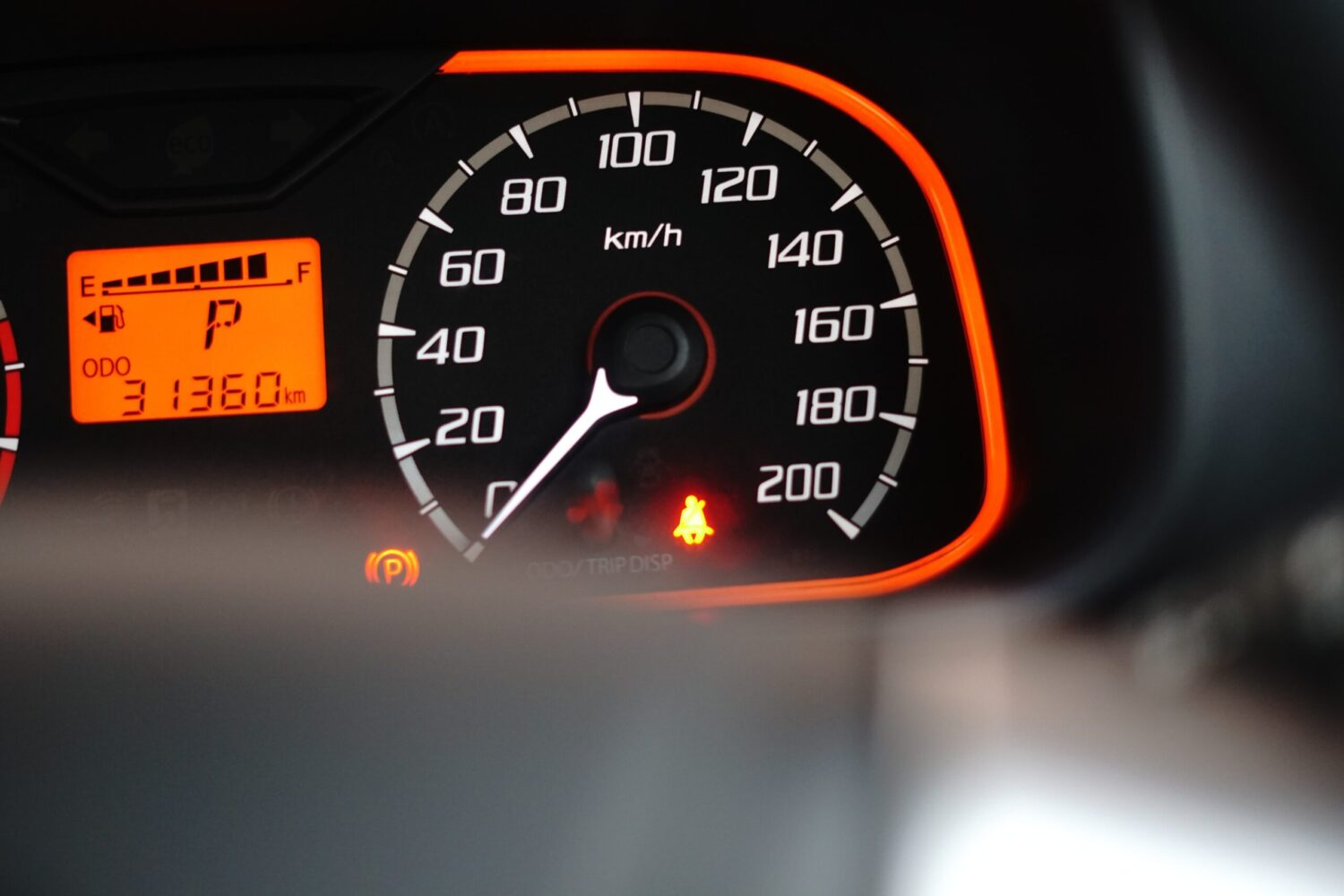 Arrow in Fuel Gauge shows the fuel cap is located on the left side of the vehicle.
